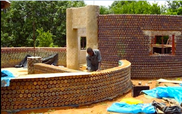 A house made of bottles (Photo: Inhabitat)